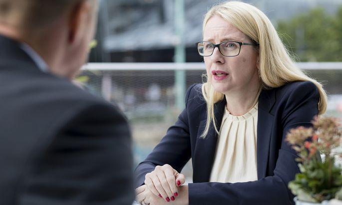 """Wer Umweltverfahren nicht verkürzen will, lebt für Wirtschaftsministerin Schramböck """"an der Realität vorbei""""."""