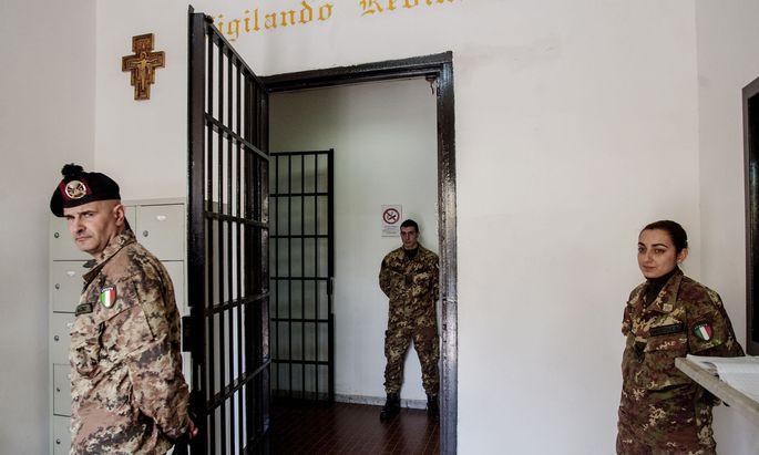 Im Gefängnis Francesco Uccella in Santa Maria Capua Vetere bei Neapel prügelten mehr als 280 Wärter auf Häftlinge ein. Ein Video davon empörte Italien.