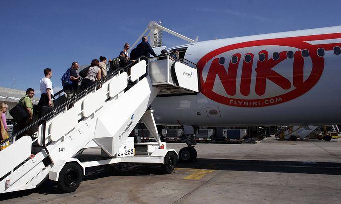 Reisende besteigen eine Passagiermaschine der Fluggesellschaft NIKI auf dem Flughafen von Palma de M