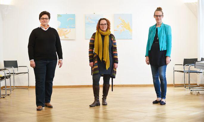 Punschstimmung am Sofa? Sabine Hackl, Ricky Losmann-Hartl und Sigrid Koloo (v. l.) haben den Adventmarkt digitalisiert.
