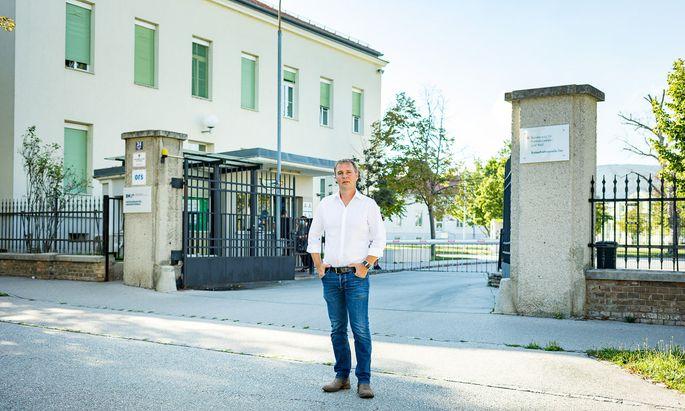 Traiskirchens Bürgermeister Andreas Babler (SPÖ) vor dem Erstaufnahme- zentrum, das in der Krise in die Schlagzeilen geriet.