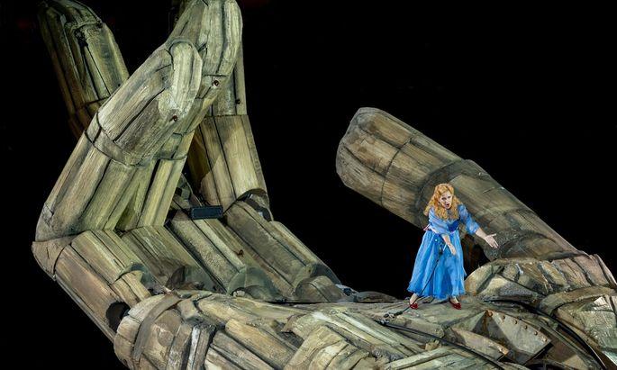 Auf der riesigen Hand des Hofnarren Rigoletto: Ekaterina Sadovnikova als Gilda.