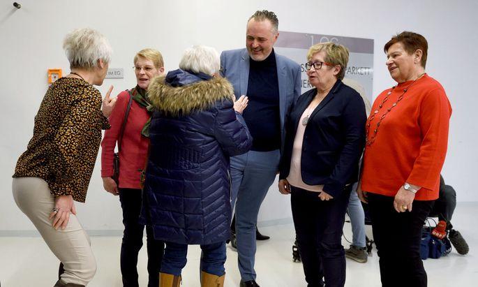Hans Peter Doskozil und Fans diese Woche beim 60-Jahr-Jubiläum des burgenländischen Pensionistenverbands.