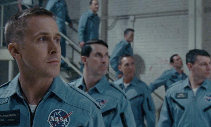 """Ryan Gosling stürzt sich als getriebener – und trauernder – Neil Armstrong ins Astronautenabenteuer: Mit """"First Man"""" eröffnete Damien Chazelle nach """"La La Land"""" schon zum zweiten Mal das Filmfestival von Venedig."""