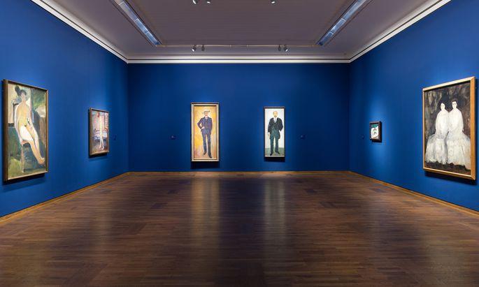 Blau wie die Treue? In Bezug auf Gerstl eine etwas ironisch gewählte Hintergrundfarbe für diese Zusammenkunft genialer Geister, hier etwa Munch und Gerstl.