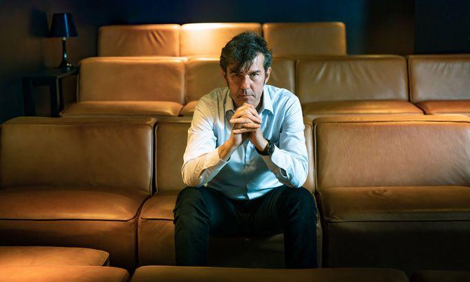 """Stefan Sagmeister beim Gespräch im Rahmen des """"Forward Festivals"""" in Wien. Nächste Woche eröffnet eine Ausstellung in den USA."""