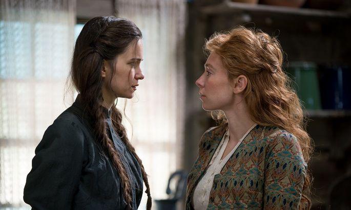 "Katherine Waterston und Vanessa Kirby in ""The World to Come"""