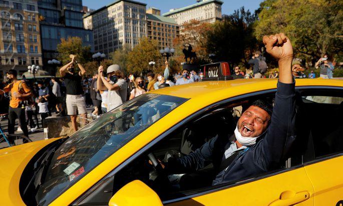 Jubel in Manhattan- im Vordergrund ein Taxifahrer–am 7. November nach der medialen Verkündung des absehbaren Siegs von Joe Biden.