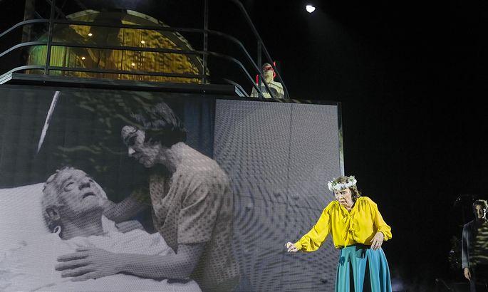 Ein Abschied: Auf der Videowall Martin Schwab und Andrea Wenzl, rechts Barbara Petritsch.