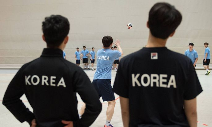 Betreuer der koreanischen Mannschaft beobachten das Training der Spieler Handball Oeffentliches Tra