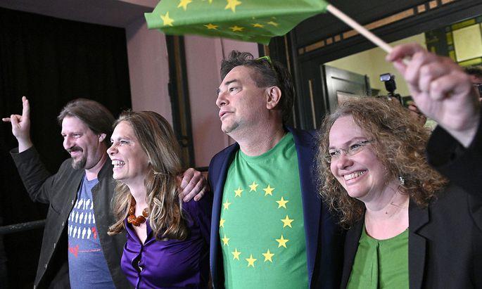 Thomas Waitz (ganz links im Bild) mit Sarah Wiener, Werner Kogler und Monika Vana bei der Feier der Grünen nach der vergangenen EU-Wahl.