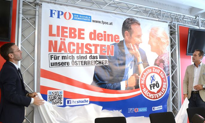 FPÖ-Chef Heinz-Christian Strache (r.) und Generalsekretär Herbert Kickl enthüllen das Plakat.