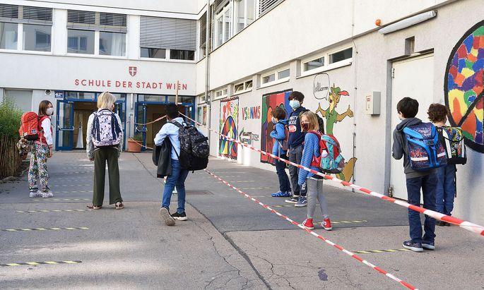 Die 4B der Volksschule Pfeilgasse ist zurück in der Schule. Wobei am Montag nur Gruppe A zum Unterricht kam. Gruppe B folgt noch.