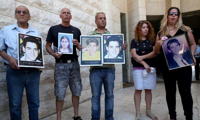 Angehörige israelischer Attentatsopfer protestieren vor dem Obersten Gerichtshof in Jerusalem gegen die Freilassung palästinensischer Gefangener.