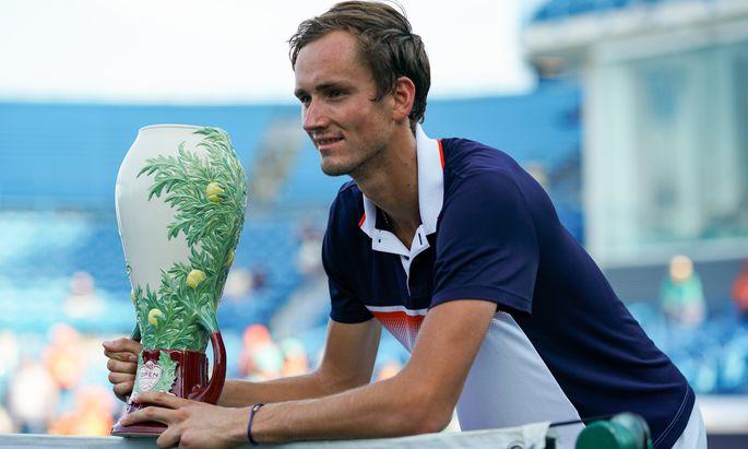 Daniil Medwedew und die etwas eigenwillige Trophäe für den Turniersieg in Cincinnati.