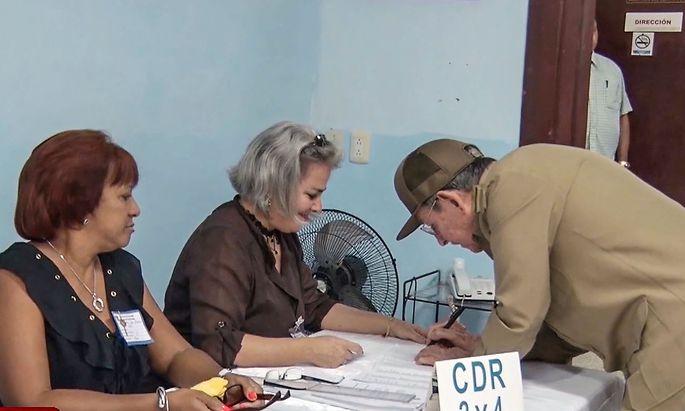 TV-Bilder zeigen Präsident Raul Castro bei der Gemeinderatswahl auf Kuba.