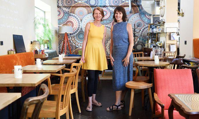 Inge Schedler und Claudia Schumm (von li.) mögen es bunt – im Team und im Raum.