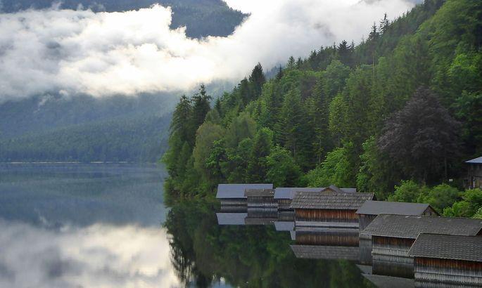 Nebelschwaden am Altausseer See: Wann kommen die Wildfrauen aus ihrer Höhle, um an der Trisselwand die Wäsche zu trocknen?