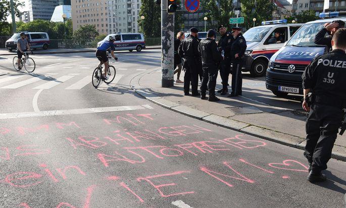 Polizei-Einsatz wegen einer Straßenblockade von Umweltaktivisten bei der Wiener Urania am 31. Mai 2019.