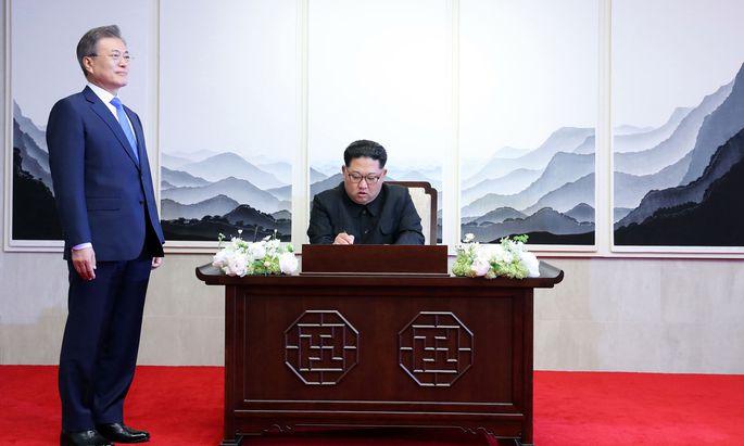Südkoreas Präsident, Moon Jae-in (hier mit Kim Jong-un), möchte sicherstellen, dass der Gipfel Trump/Kim nicht schiefgeht.