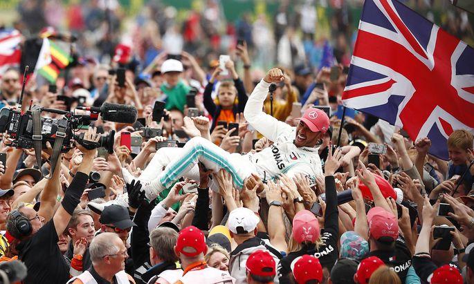 Fans tragen Lewis Hamilton