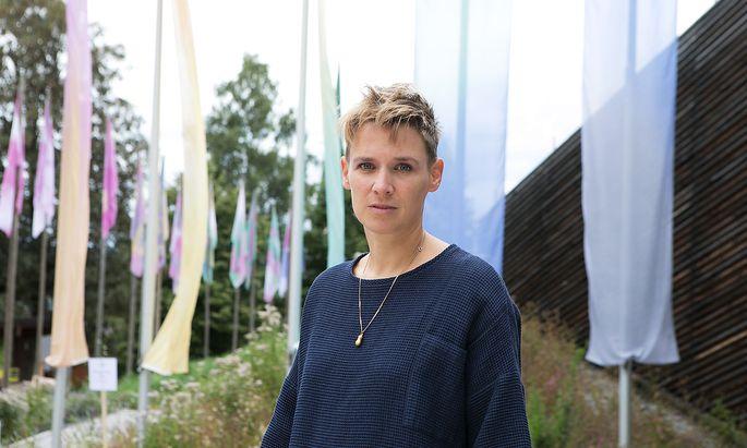 Andrea Salzmanns Fahnen: Pastelltöne statt Geometrie und strengen Farbanteilen.
