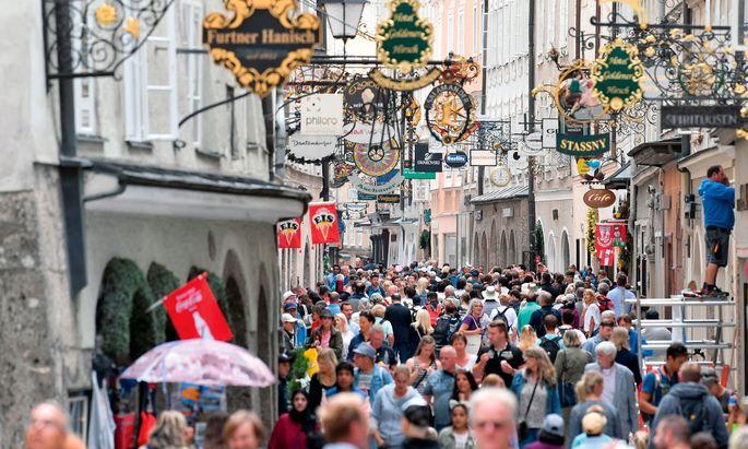 """Touristen in Salzburg damals, das war ja noch harmlos. Die Gastfreundschaft in großen Metropolen gegenüber """"Übertouristen"""" sinkt aber deutlich."""
