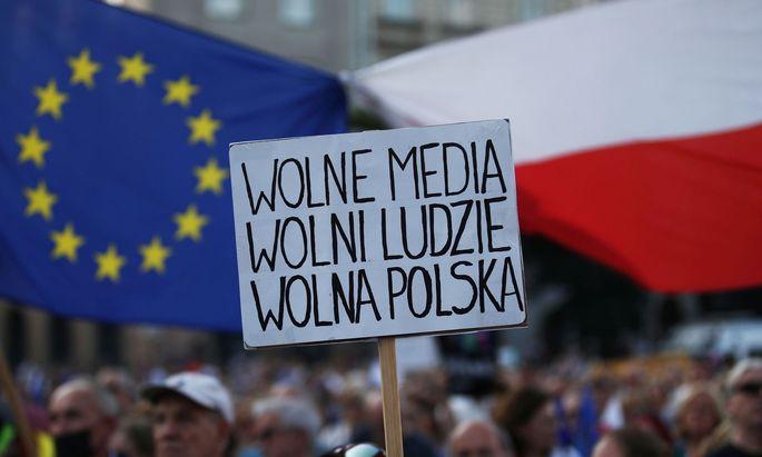 In Polen gehen die Menschen gegen das neue Mediengesetz auf die Straße.