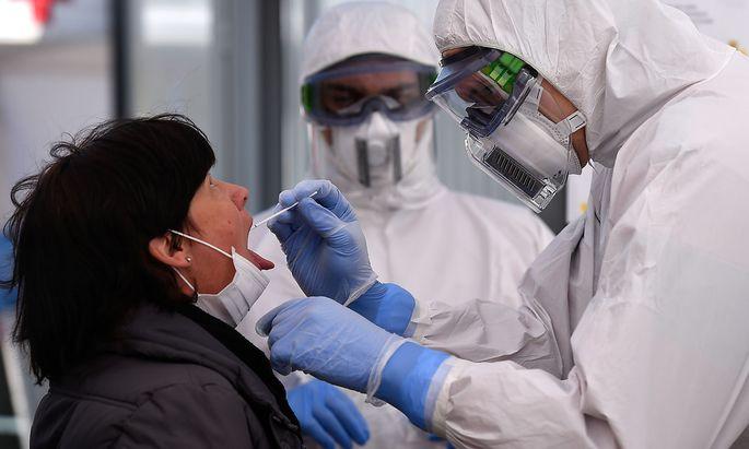 Coronavirustests (wie hier in Dresden) finden auch in Deutschland derzeit nur bei Menschen mit Symptomen oder bei medizinischem oder Pflege-Personal statt.