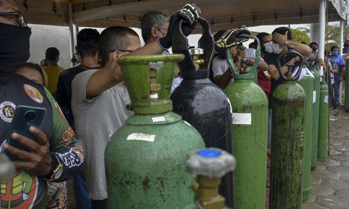 Viele Menschen pflegen wegen des überlasteten Gesundheitssystems in Manaus schwer erkrankte Angehörige zu Hause - und versuchen, zu Sauerstoff zu gelangen.