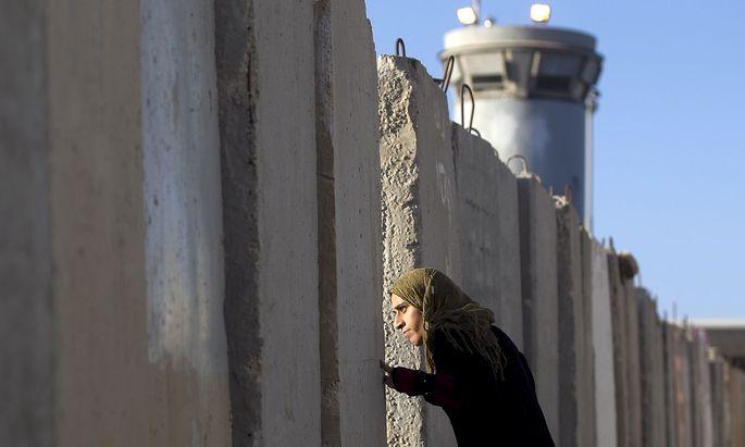 Eine Palästinenserin an einem isarelischen Checkpoint nahe der Stadt Ramallah.