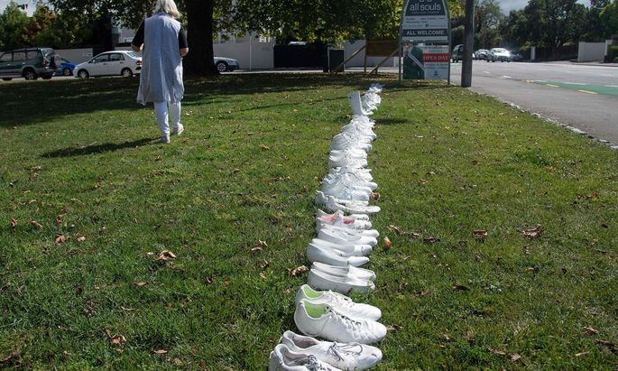 50 Paar Schuhe vor der Allerheiligenkirche in Christchurch erinnern an die 50 ermordeten muslimischen Mitbürger.