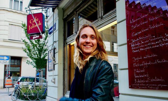 Franzi Kreis vor ihrem Lieblingskaffeehaus, dem Café Jelinek