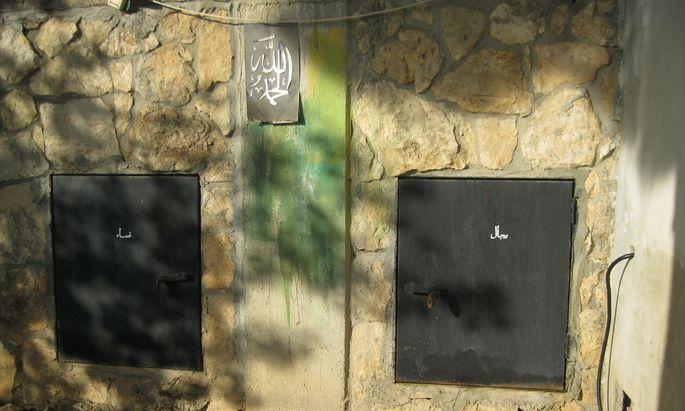 Die Drusen halten ihre Grabkammern zur Bestattung der körperlichen Überreste streng getrennt: Links sind hier in Nordisrael die Frauen (nisā), rechts die Männer (riğāl) bestattet.