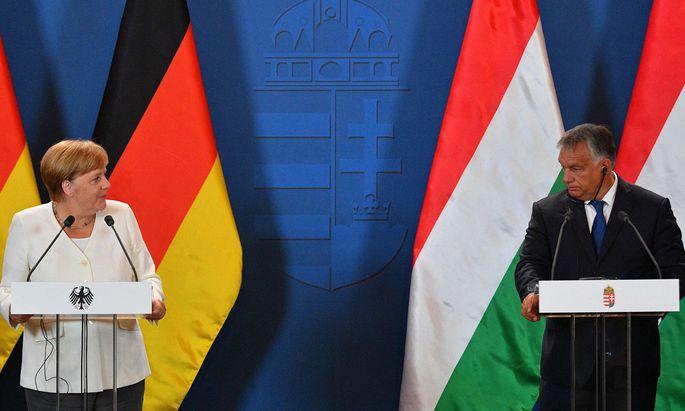 Die deutsche Bundeskanzlerin Merkel traf Ungarns Ministerpräsident Orbán am 30.Jahrestag des Paneuropäischen Picknicks in Sopron nahe der Grenze zu Österreich.