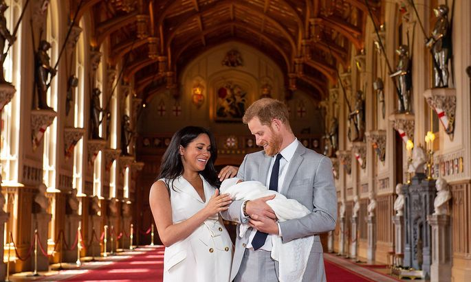 (190508) -- WINDSOR, May 8, 2019 (Xinhua) -- Britain s Prince Harry, Duke of Sussex (R), and his wife Meghan Markle, Du
