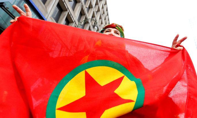 Die Flagge der Kurdischen Arbeiterpartei PKK - ein verbotenes Symbol