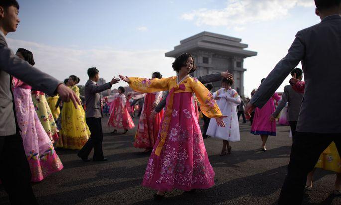 """Am """"Tag der Sonne"""" am 15. April, dem Geburtstag des nordkoreanischen Regimegründers Kim Il-sung (Großvater des jetzigen Machthabers), wird auf den Straßen Pjöngjangs getanzt."""