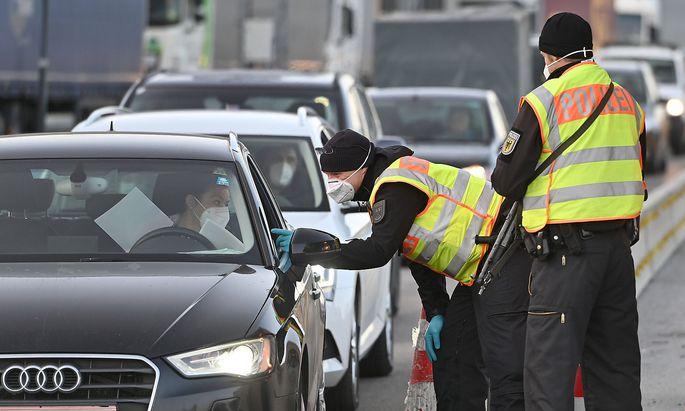 Grenzkontrollen an der oesterreichisch deutschen Grenze ,Grenzuebergang Kiefersfelden Grenzpolizisten kontrollieren Auto