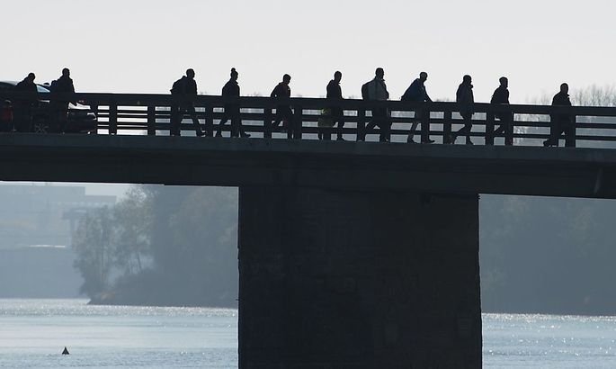 Archivbild aus dem Oktober: Flüchtlinge überqueren den Inn nach Deutschland. Immer mehr werden nun zurückgewiesen.