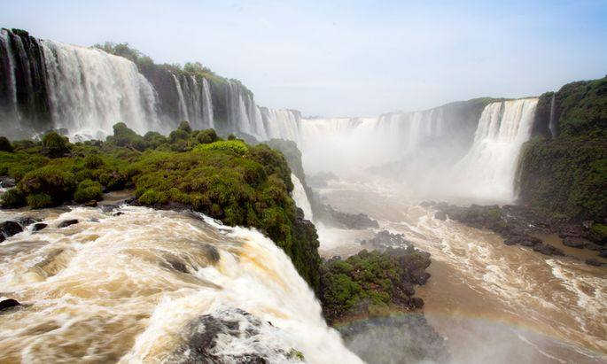Die Wasserfälle von Iguazú sind die größten der Welt. Mitten hindurch führt die Landesgrenze zwischen Argentinien und Brasilien.