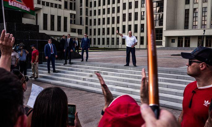 """""""Ich gebe Belarus nicht her."""" Autokrat Alexander Lukaschenko – hier in Minsk vor dem Regierungsgebäude – will den Massenprotesten nicht weichen."""