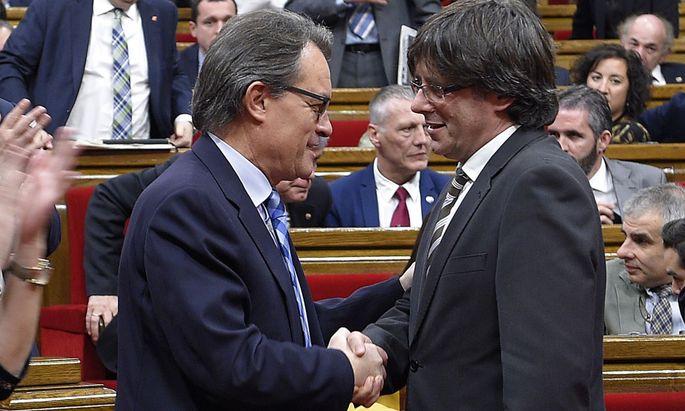 Einigung in letzter Minute: Artur Mas (l.) übergibt sein Amt als katalanischer Premier Carles Puigdemont.