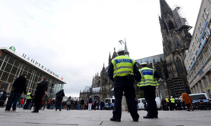 Die Polizei hat die Präsenz auf dem Kölner Hauptbahnhof verstärkt. Nach den Übergriffen auf Frauen in der Silvesternacht wird derzeit in mehr als 500 Fällen ermittelt.