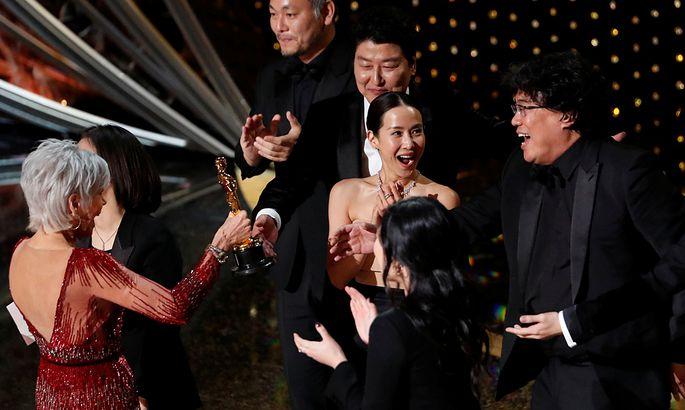"""Regisseur Bong Joon Ho (rechts) kann es kaum glauben: """"Parasite"""" hat auch in der Kategorie bester Film gewonnen"""