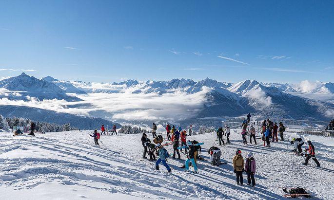 15.01.2021 / Bergstation Patscherkofelbahn, Patscherkofel, Tirol, Austria / Blick in das Stubaital / Skigebiet in �ster