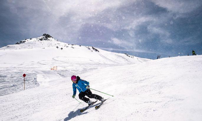 Wen es auch im Frühling noch auf die Piste zieht: In Obergurgl kann man noch Ski fahren – oder auch Skicross ausprobieren.