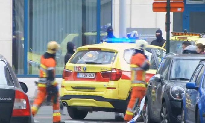 Einsatzkräfte nach der Explosion in einer Brüsseler U-Bahn-Station.