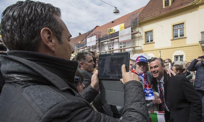 Archivbild aus dem Präsidentschaftswahlkampf: Strache fotografiert Hofer mit einem Fan