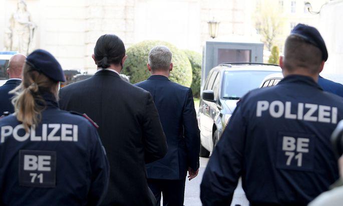 Julian Hessenthaler (Mitte), begleitet von Anwalt Alfred Noll, als der Detektiv im Ibiza-U-Ausschuss aussagte.